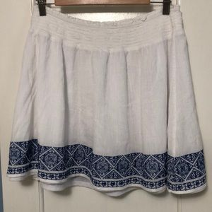 White Old Navy skirt with blue embroidery